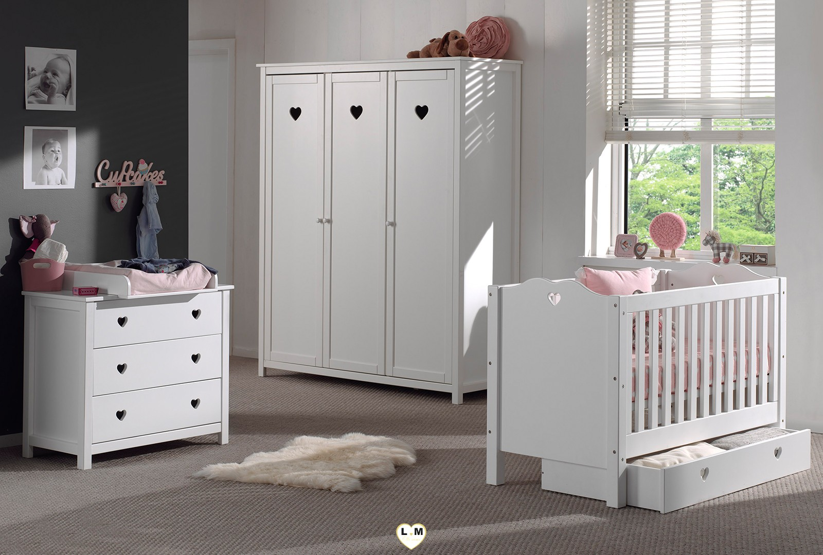 amour laque blanc mat chambre bebe l 39 ensemble comprenant l 39 armoire 3 portes le lit bebe. Black Bedroom Furniture Sets. Home Design Ideas